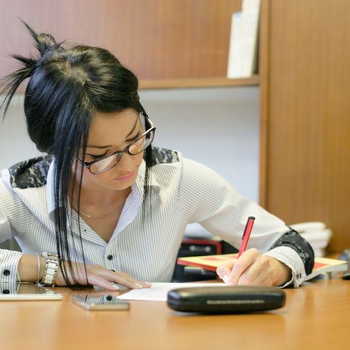 Junge Frau arbeitet fleißig für i hren Erfolg