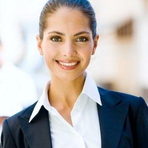 Frau strahlt nach Karrierecoaching